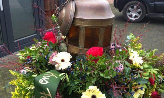 grafwerk bloemstukken met lantaarn begrafenis afscheidsdienst angelique zweegers